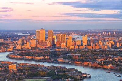 Carta da parati Veduta aerea del distretto finanziario di Londra est di Canary Wharf Docklands circondate da fiume Tamigi, con edifici illuminati da tramonto colorato