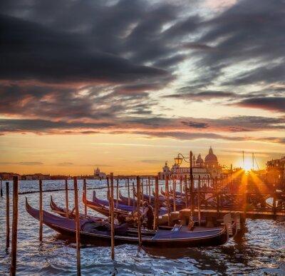 Carta da parati Venezia con gondole contro il tramonto colorato in Italia