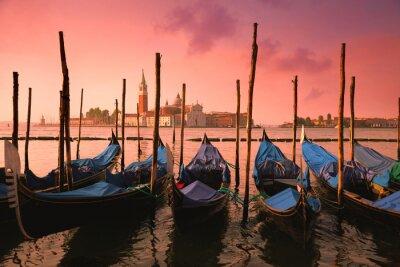 Carta da parati Venezia con gondole famose in dolce luce rosa alba,