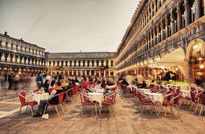 Carta da parati VENEZIA, ITALIA - MAR 23, 2014: turisti godono il caffè in Piazza San