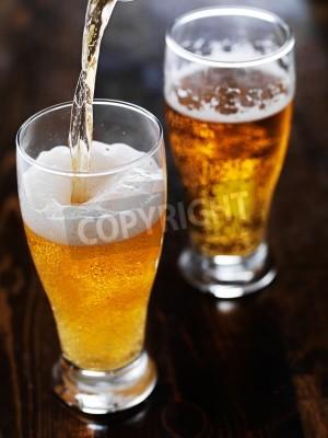 Carta da parati versare la birra in una tazza di altezza sul tavolo ardesia