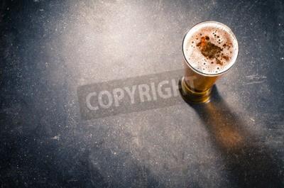 Carta da parati Vetro di birra sul tavolo scuro