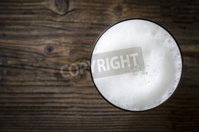 Carta da parati Vetro di schiuma della birra sul tavolo in legno