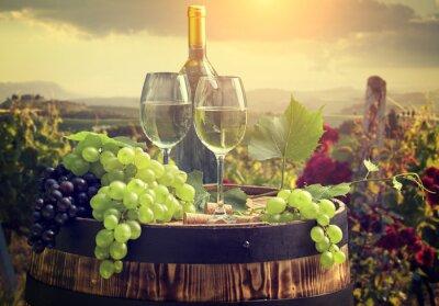 Carta da parati Vino bianco con canna a vigneto in Toscana, Italia