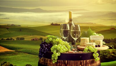 Carta da parati Vino bianco con canna sul vigneto in Chianti, Toscana, Italia