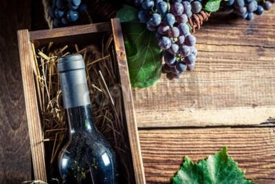 Carta da parati vino rosso saporito in scatola di legno