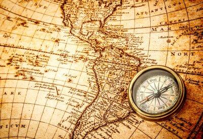 Carta da parati Vintage bussola si trova su un'antica mappa del mondo.