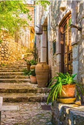 Carta da parati visione idilliaca di una casa rustica mediterranea e scale in pietra