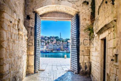 Carta da parati Vista al cancello della città nella vecchia città mediterranea Traù, Croazia Europa. / Porta della città di Trogir. / Messa a fuoco selettiva.