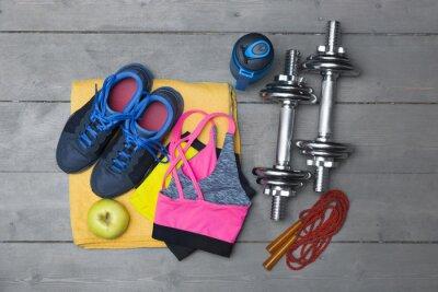 Carta da parati vista dall'alto di attrezzature per il fitness colorato sul pavimento di legno