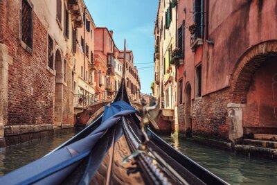 Carta da parati Vista dalla gondola durante la corsa attraverso i canali di Venezia i