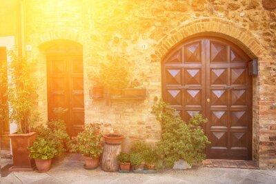 Carta da parati Vista della antica città europea vecchia. Via di Pienza, l'Italia con porte in legno. Soleggiato sfondo di viaggio.