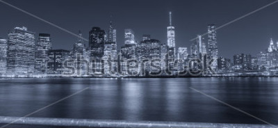 Carta da parati Vista di notte in bianco e nero di New York City.
