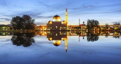 Carta da parati Vista e la riflessione di Assalam Moschea blu ora. L'immagine ha cereali o sfocata o rumore e soft focus quando vista a piena risoluzione. (Shallow DOF, leggera sfocatura di movimento)
