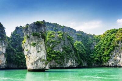 Carta da parati Vista panoramica del pilastro di roccia e isole carsiche nella baia di Ha Long
