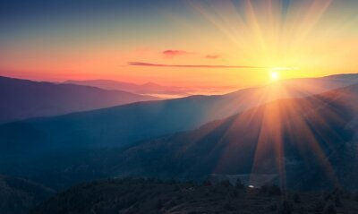 Carta da parati Vista panoramica del sorgere del sole colorato in montagna. immagine filtrata: cross trasformati effetto vintage.