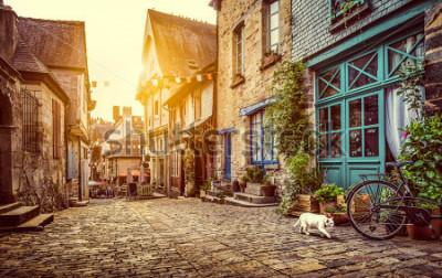 Carta da parati Vista panoramica della città vecchia in Europa nella bella luce della sera al tramonto con retro stile Instagram Instagram pastello tonica grunge filtro e lens flare effetto del sole in estate