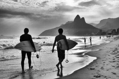 Carta da parati Vista panoramica in bianco e nero di Rio de Janeiro, in Brasile tra i surfisti brasiliani camminano lungo la riva della spiaggia di Ipanema