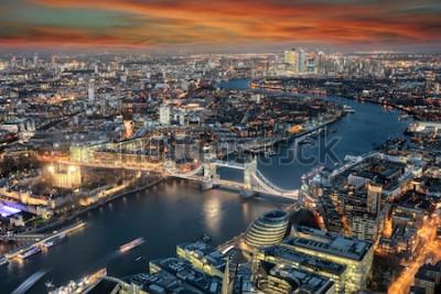 Carta da parati Vista panoramica sullo skyline di Londra: dal Tower Bridge lungo il Tamigi al quartiere di Canary Wharf durante l'ora del tramonto