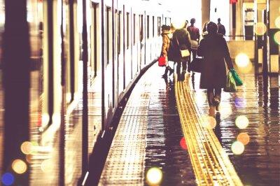 Carta da parati 駅 の プ ラ ッ ト ホ ー ム を 歩 く 人 々, 光景