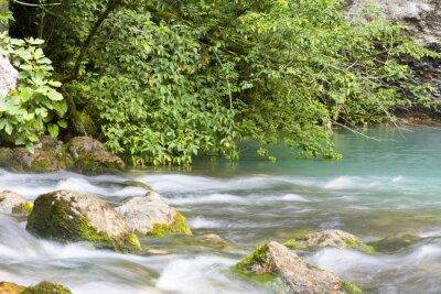 Carta da parati Река находится в горах Абхазии и впадает в голубое озеро.