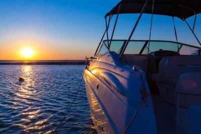 Carta da parati Yacht near the pier against sunset