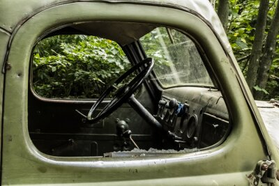 Carta da parati ZIL 157 Vecchia automobile russa che trasporta albero da difficili da raggiungere angoli delle foreste di montagna.