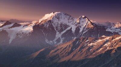 Poster Alta montagna nel tempo di mattina. Bellissimo paesaggio naturale.