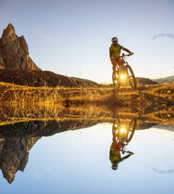 Poster Appassionati di mountain bike sul lago