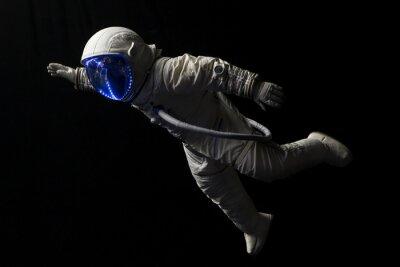 Poster astronauta in missione spaziale nel buio e nello spazio