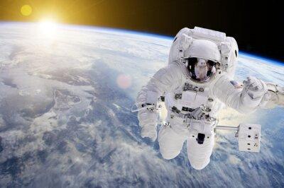 Poster Astronauta nello spazio, in fondo la nostra terra un sole - Elementi di questa immagine fornita dalla NASA