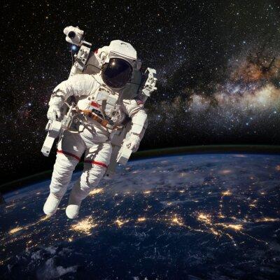 Poster Astronauta nello spazio sopra la terra durante la notte. Elem