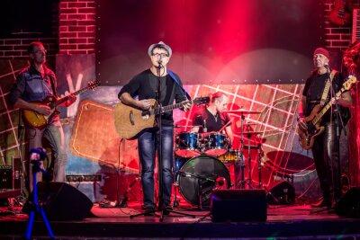 Poster Band si esibisce sul palco