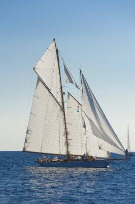 Poster Barca a vela antica durante una regata al Panerai Classic Yac