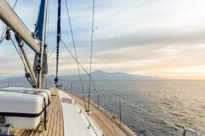 Poster Barca a vela sotto il potere nel mare calmo