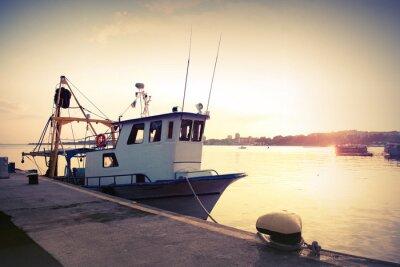 Poster Barca da pesca industriale è ormeggiata in porto. Vintage tonica foto