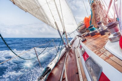 Poster barche a vela navigando sulle onde