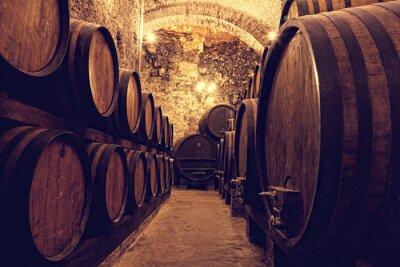 Poster Barilotti di legno con vino in una cantina, Italia