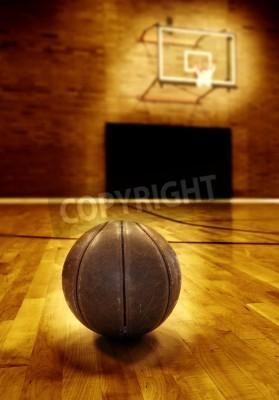 Poster Basket sul pavimento in legno del vecchio campo da basket