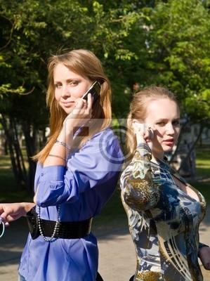 Poster Beaty giovane donna colloqui da telefoni cellulari sul parco