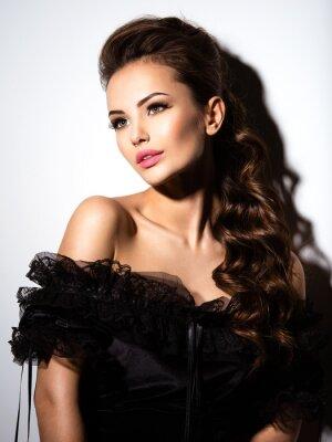 Poster Bel volto di una giovane ragazza sexy in abito nero