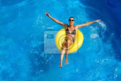 Poster Bella bruna giocando in piscina