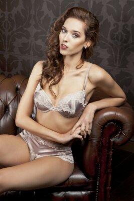 Poster Bella, bruna sexy in lingerie in appartamento di lusso