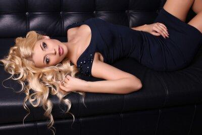 Poster bella donna affascinante con lunghi capelli biondi indossa abito elegante e accessori