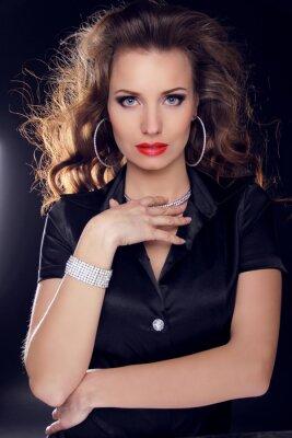 Poster Bella donna con i capelli ricci e trucco sera. Gioielli e