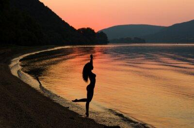 Poster Bella e sexy capelli lunghi donna al tramonto spiaggia
