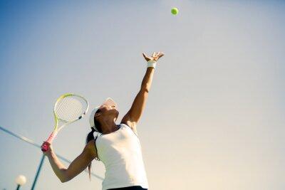 Poster Bella femmina giocatore di tennis che serve