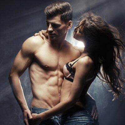 Poster Bella giovane coppia sorridente in amore che abbraccia coperta
