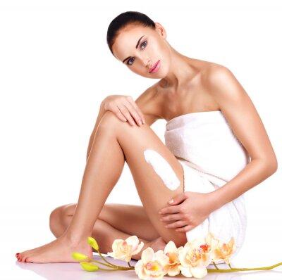 Poster Bella giovane donna con la crema.