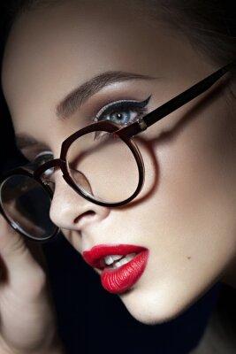 Poster bella ragazza con le labbra rosse